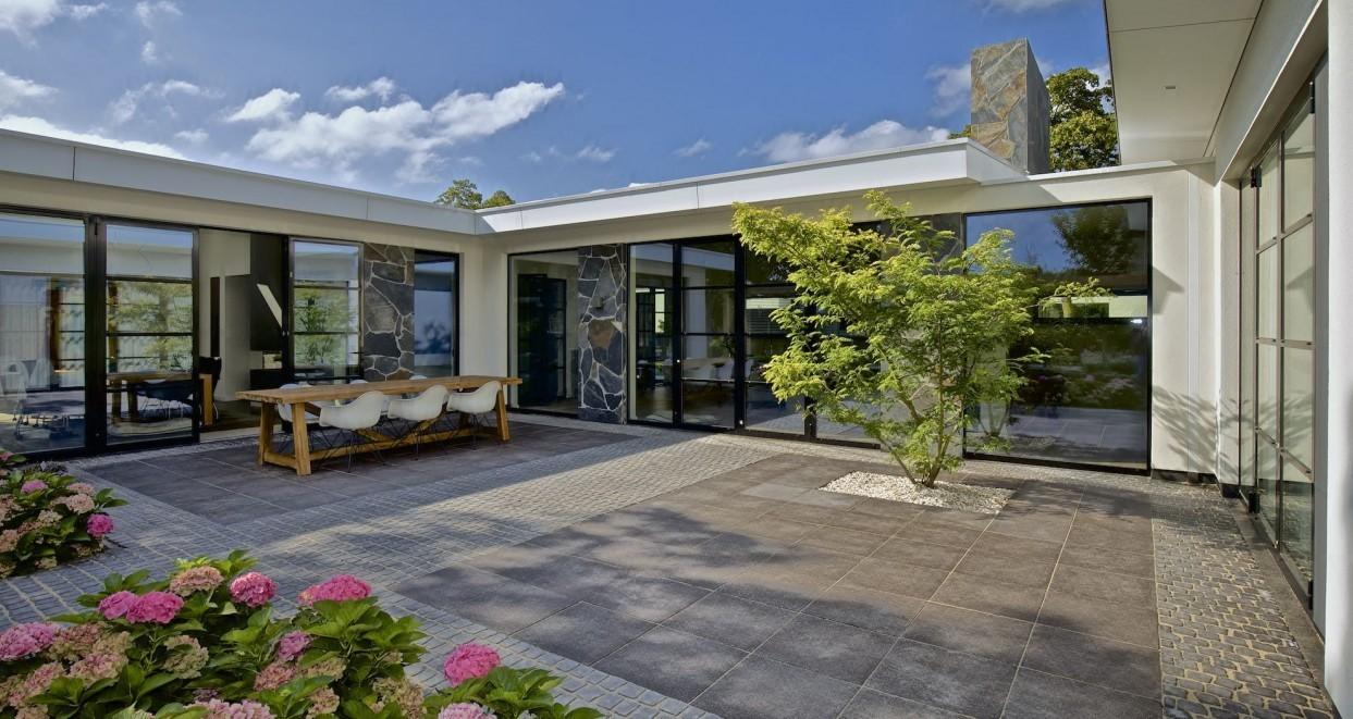 Moderne tuin met patio (1)