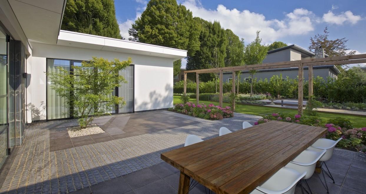 Moderne tuin met patio (2)